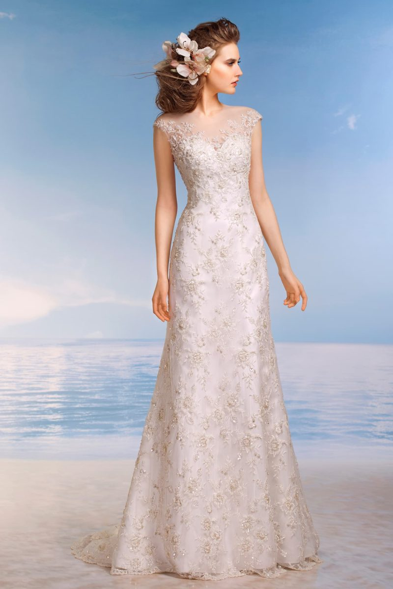 Женственное свадебное платье облегающего кроя с вырезом на спинке и фигурным декором лифа.