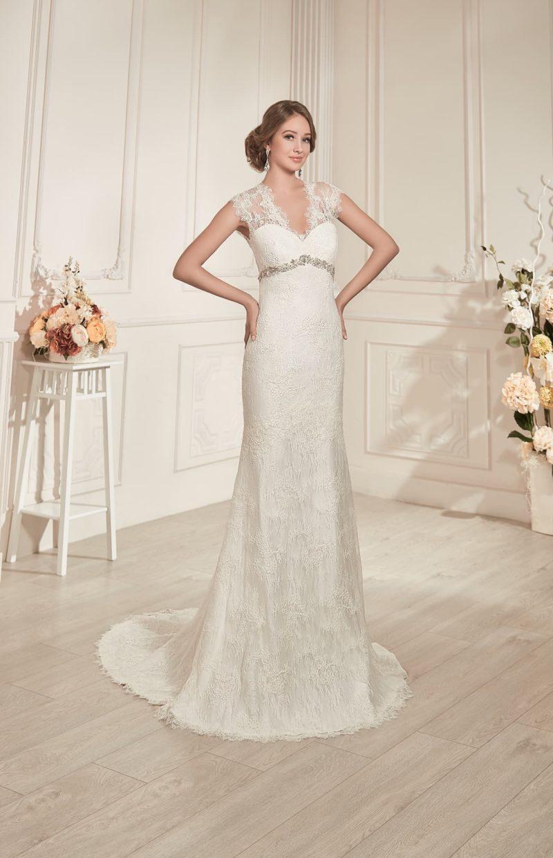 Прямое свадебное платье с кружевным вырезом на спинке и элегантным закрытым лифом.