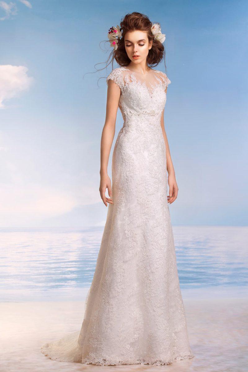 Закрытое свадебное платье с фактурной кружевной отделкой и открытой спинкой.