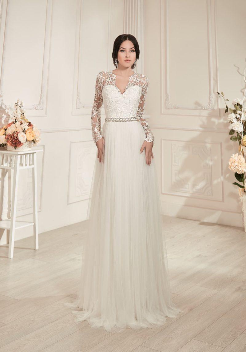 Прямое свадебное платье с небольшим V-образным вырезом, длинными рукавами и изящным шлейфом.