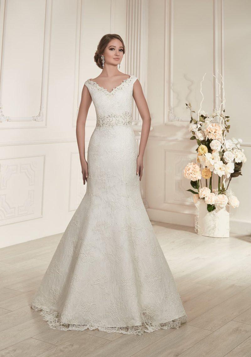 Женственное свадебное платье с V-образным декольте, широкими бретелями и кружевной отделкой.