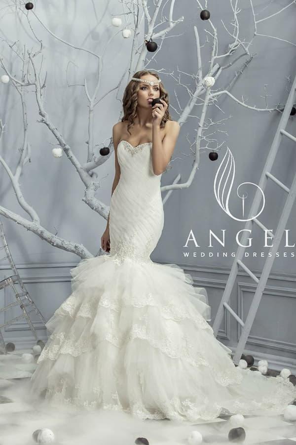 Необычное свадебное платье «рыбка» с пышным низом юбки и открытым декольте.