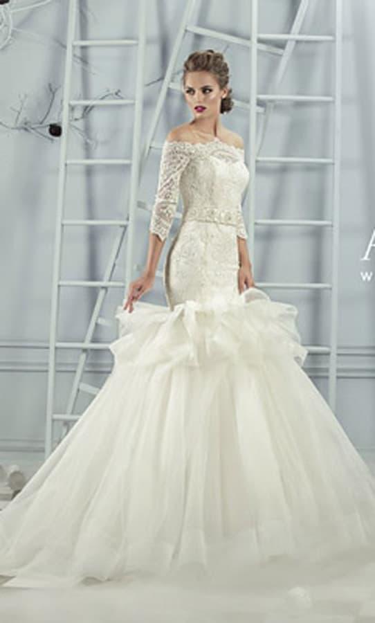 Свадебное платье «русалка» с объемным декором середины подола и рукавом из кружева.