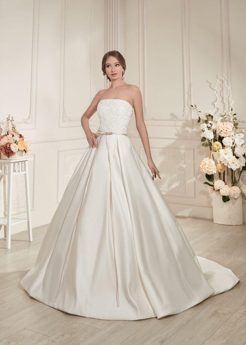 Стильное свадебное платье с пышной атласной юбкой и фактурным корсетом с лифом прямого кроя.