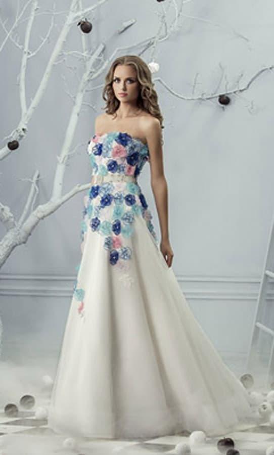 Свадебное платье с юбкой «трапеция» и декором из разноцветных бутонов на корсете.