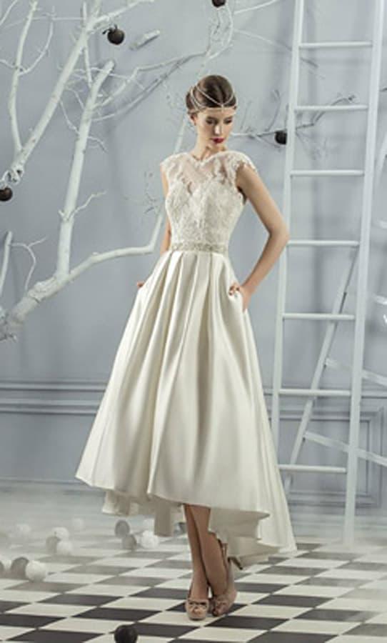 Свадебное платье с атласной юбкой чайной длины со скрытыми карманами.