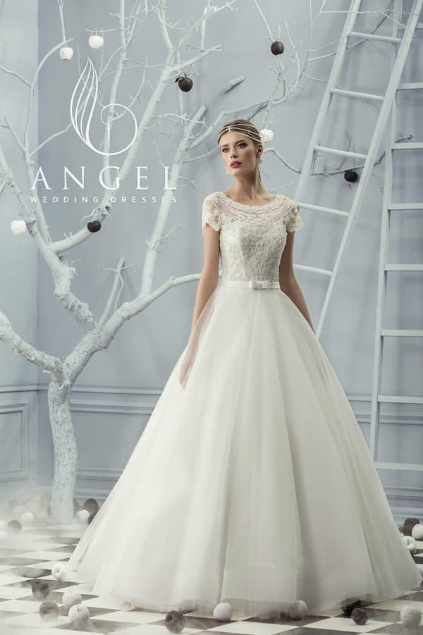 Пышное свадебное платье с округлым декольте, оформленным полупрозрачным кружевом.