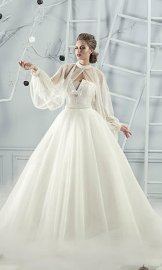 Пышное свадебное платье с оригинальными широкими рукавами из тонкой ткани.