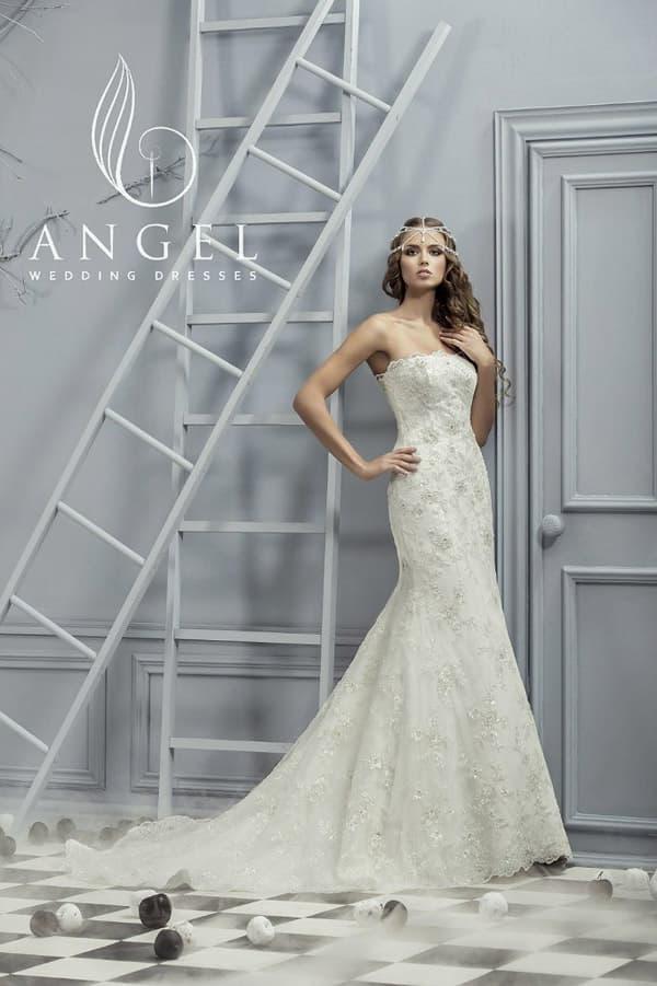 Торжественное свадебное платье «русалка» с длинным многослойным шлейфом, расшитое бисером.