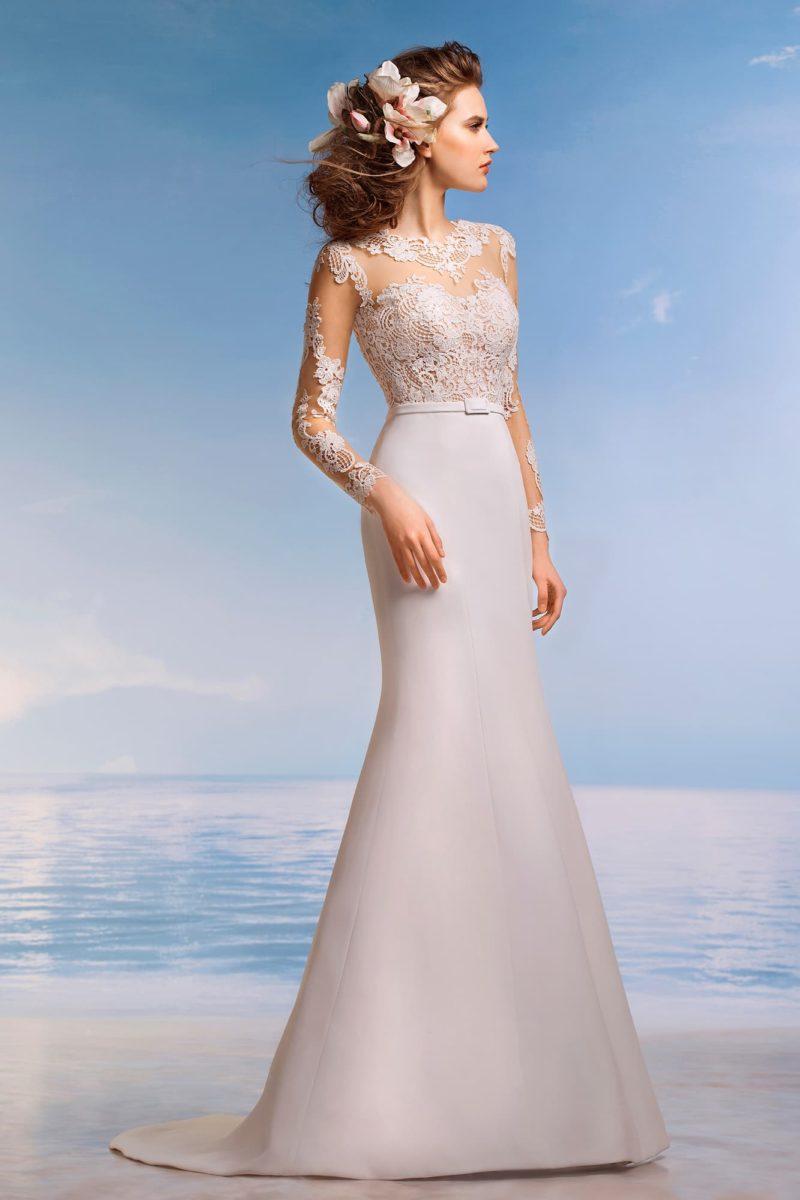 Соблазнительное свадебное платье с полупрозрачным верхом и длинными кружевными рукавами.