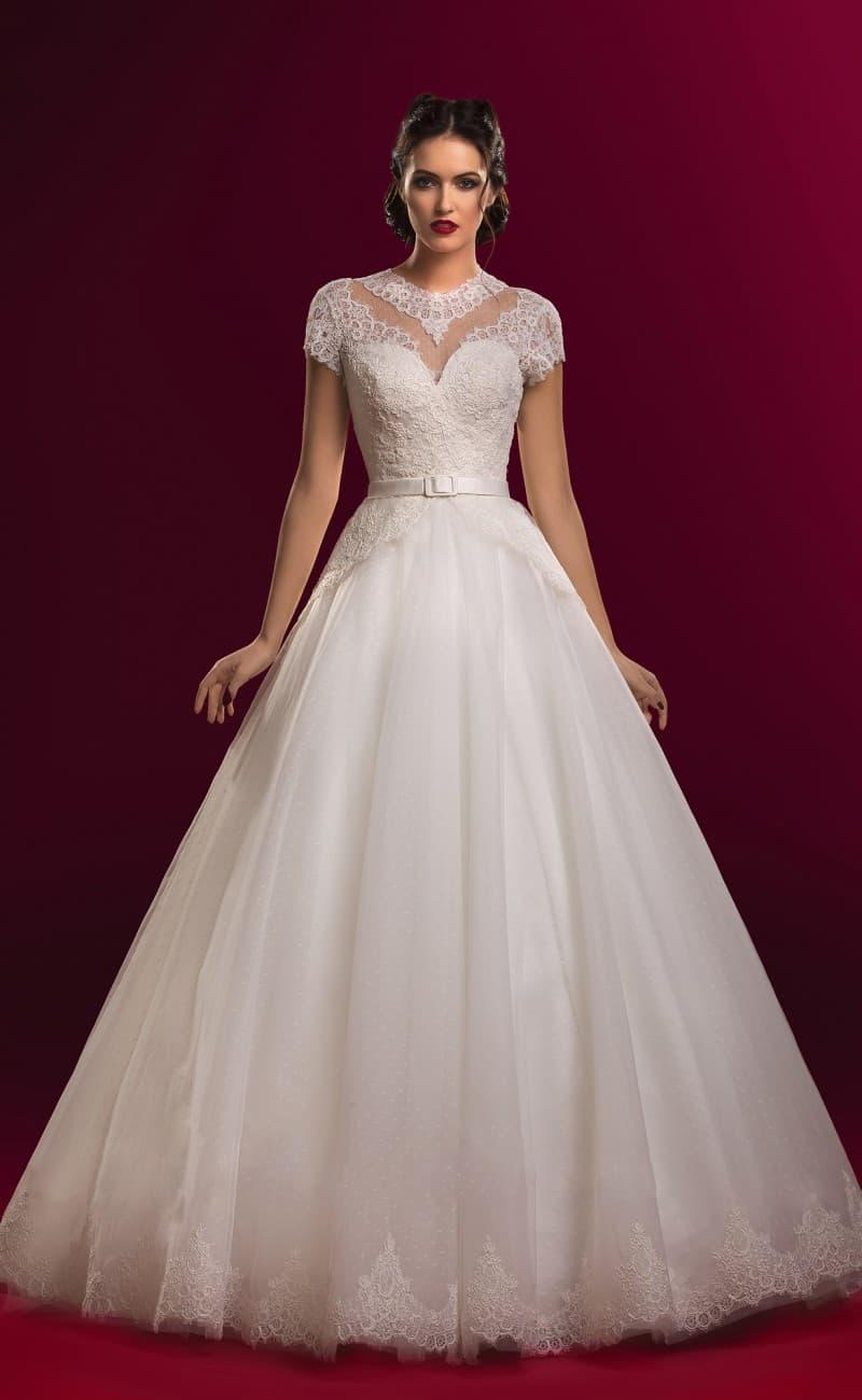 Пышное свадебное платье с кружевным болеро с короткими рукавами, дополненное узким поясом.