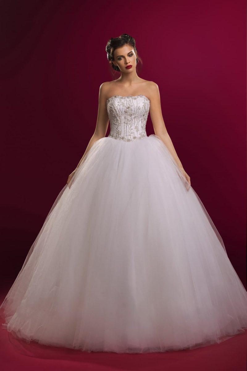 Роскошное свадебное платье с многослойным низом и открытым корсетом, расшитым бисером.