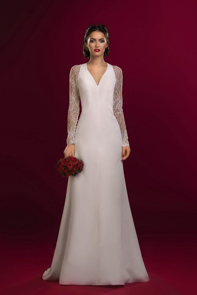 Свадебное платье с V-образным декольте и длинными кружевными рукавами прямого кроя.