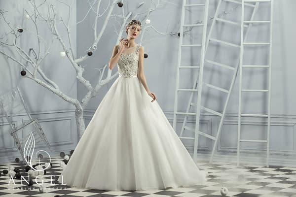 Свадебное платье с сияющим корсетом с бисером и лентами пояса сзади на юбке.