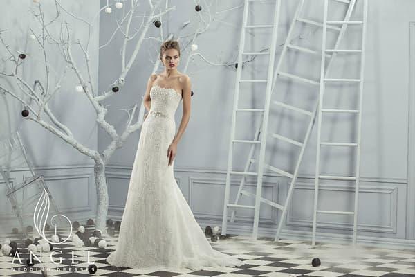 Фактурное свадебное платье с лифом прямого кроя и элегантной юбкой со шлейфом.