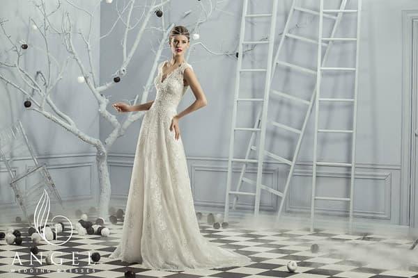 Свадебное платье «принцесса», украшенное кружевом, с изящным поясом на талии.