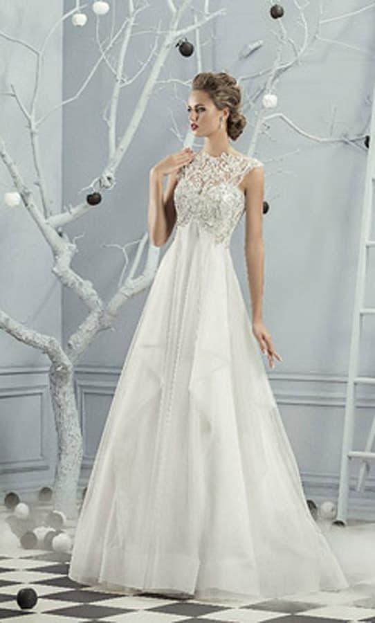 Оригинальное свадебное платье с завышенной талией и верхом с плотным декором.