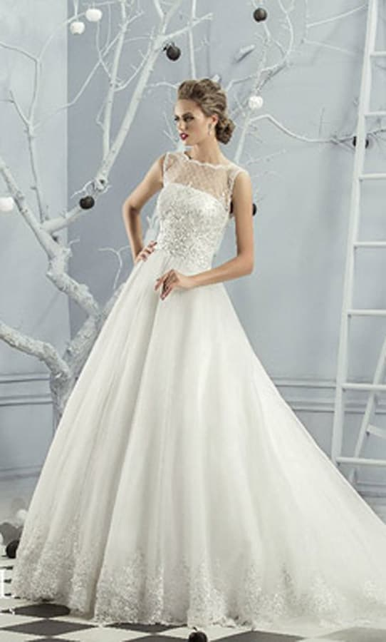 Романтичное свадебное платье с полупрозрачной отделкой корсета и пышным шлейфом.