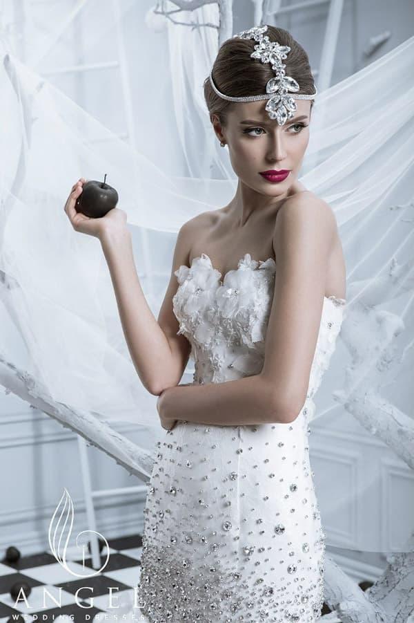 Свадебное платье «рыбка» с романтичным лифом и вышивкой из стразов на корсете.