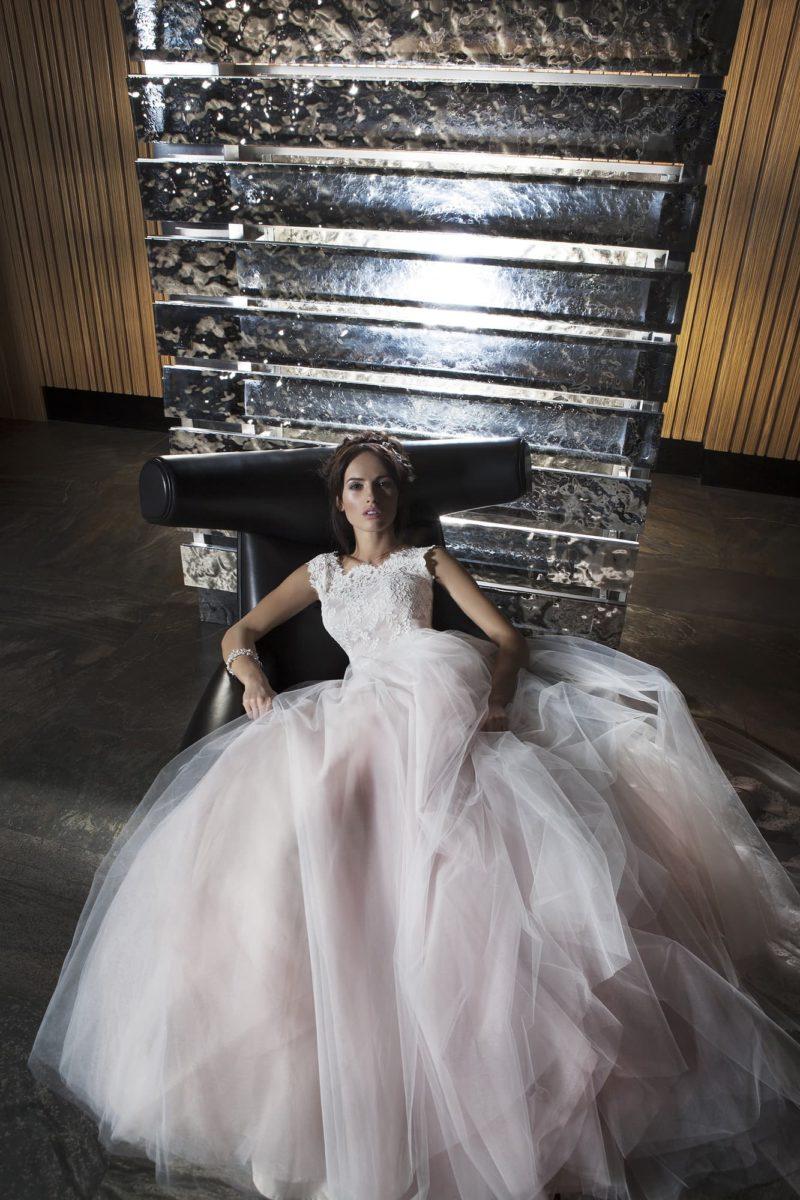 Розово-белое свадебное платье с пышной юбкой и закрытым кружевным лифом с вырезом под горло.