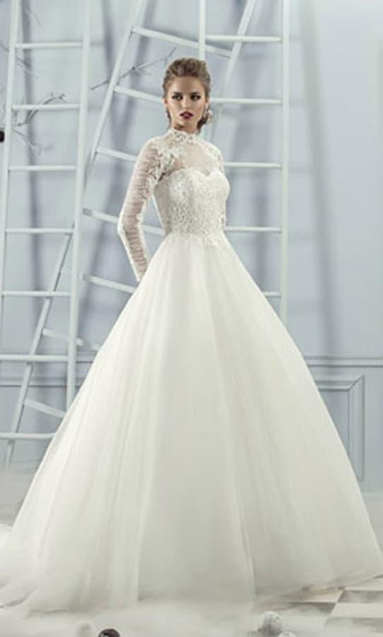 Пышное свадебное платье с закрытым верхом, воротником-стойкой и длинным рукавом.