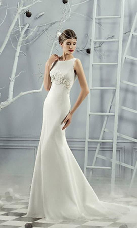 Лаконичное свадебное платье из атласной ткани, оформленное бисерной вышивкой.