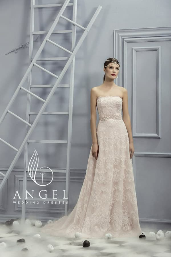 Элегантное свадебное платье прямого кроя на бежевой подкладке с белым кружевом.