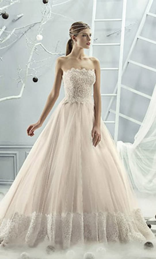 Бежевое свадебное платье с открытым корсетом, покрытым вышивкой, и юбкой из тюльмарина.