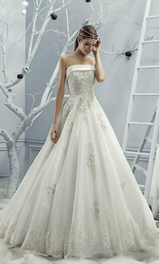 Роскошное свадебное платье с корсетом с прямым лифом, украшенным серебристым бисером.