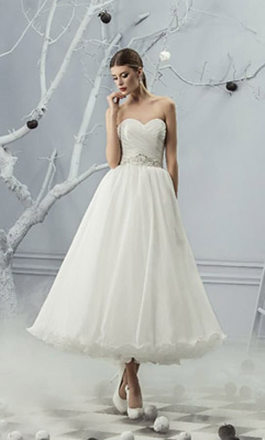 Романтичное свадебное платье чайной длины, украшенное бисером на талии.