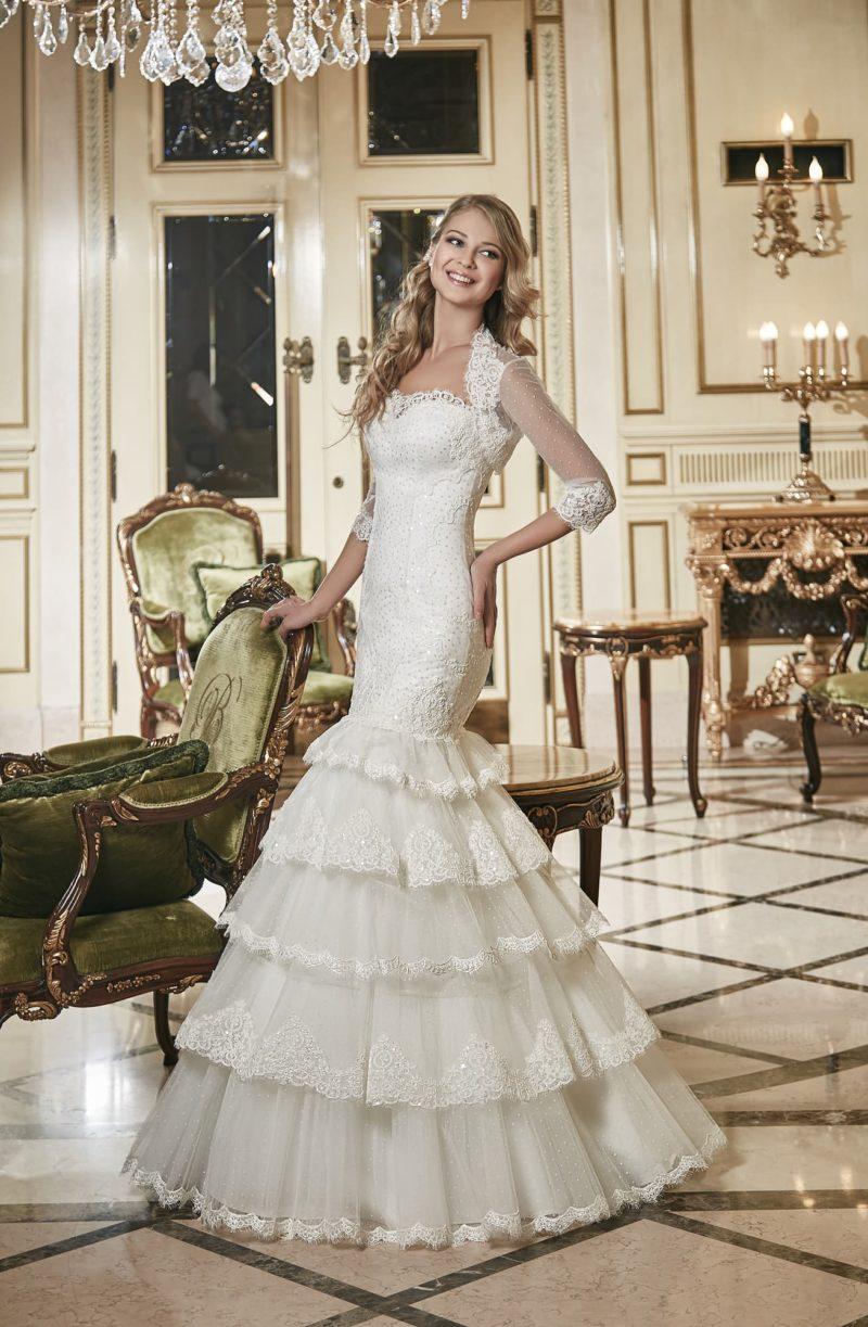 Свадебное платье с многоярусной юбкой «русалка» и полупрозрачным кружевным болеро.
