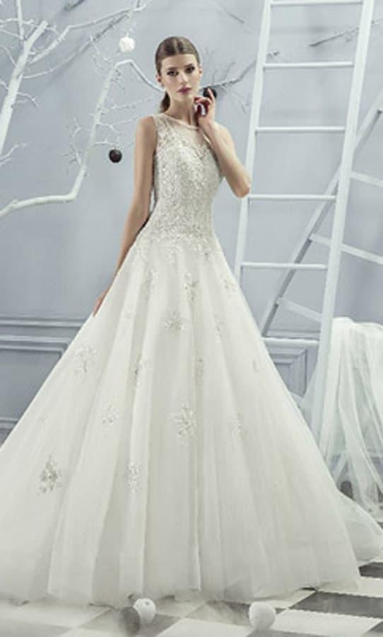 Свадебное платье «принцесса» с романтичной кружевной спинкой и вырезом под горло.