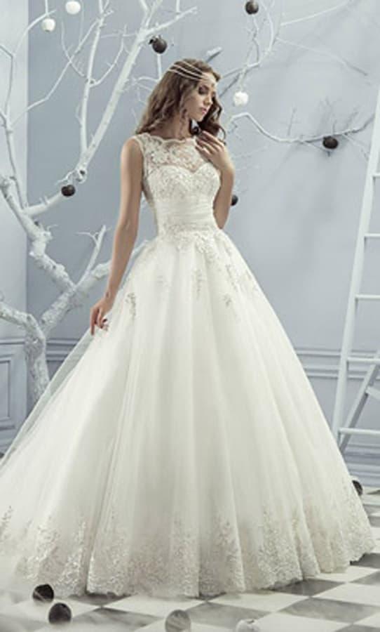Великолепное пышное свадебное платье с широким поясом и кружевом над лифом.