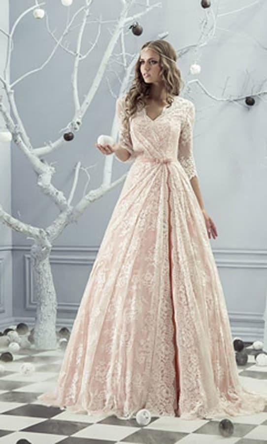 Пудровое свадебное платье с роскошной кружевной отделкой и закрытым верхом.