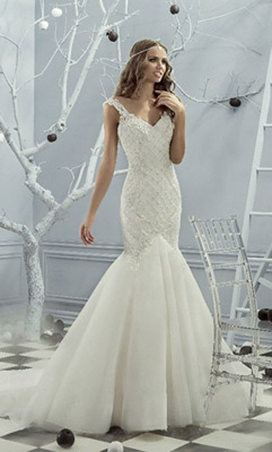 Свадебное платье с многослойной юбкой «рыбка» и вышивкой по облегающему корсету.