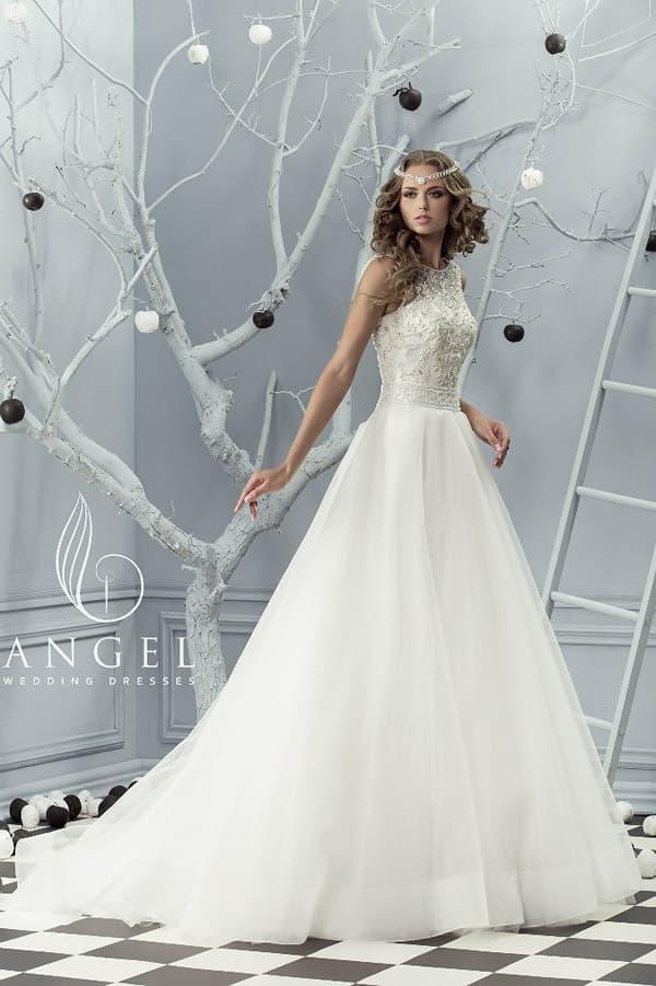 Свадебное платье с юбкой А-силуэта и корсетом, полускрытым тонкой тканью.