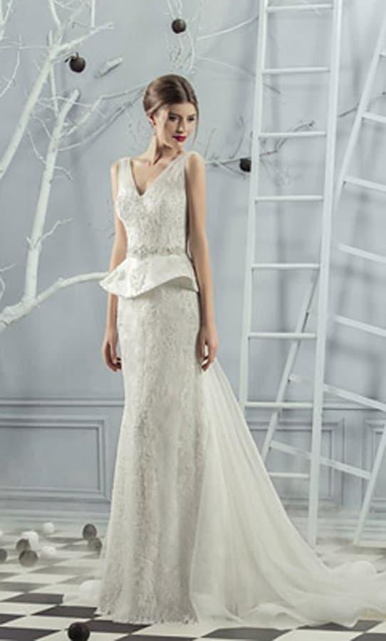 Роскошное свадебное платье с потрясающим шлейфом и V-образным лифом.