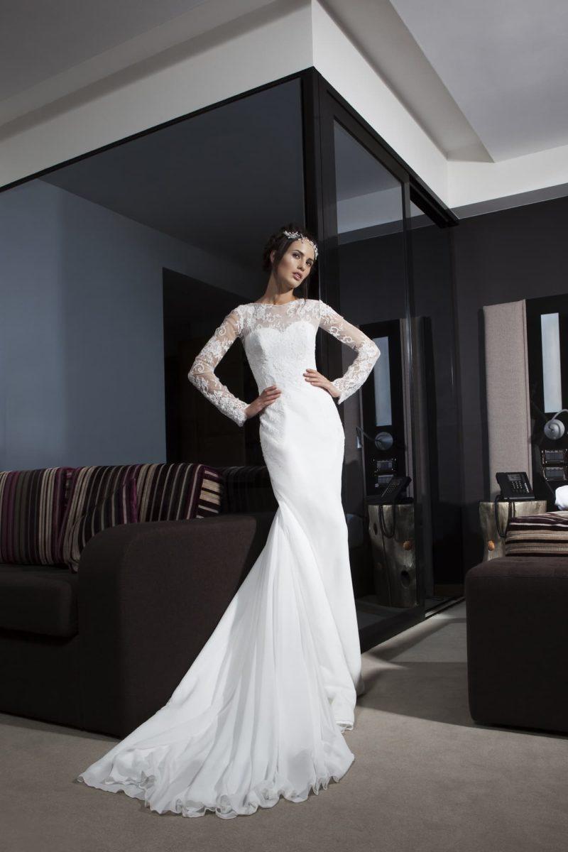 Облегающее свадебное платье с длинным романтичным шлейфом и кружевными рукавами.