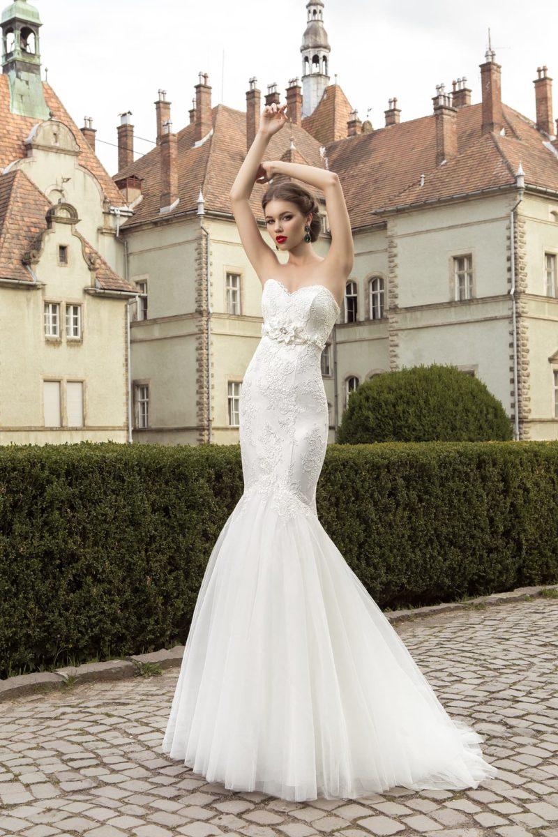 Свадебное платье с романтичной многослойной юбкой «рыбка» и бутоном под лифом-сердечком.