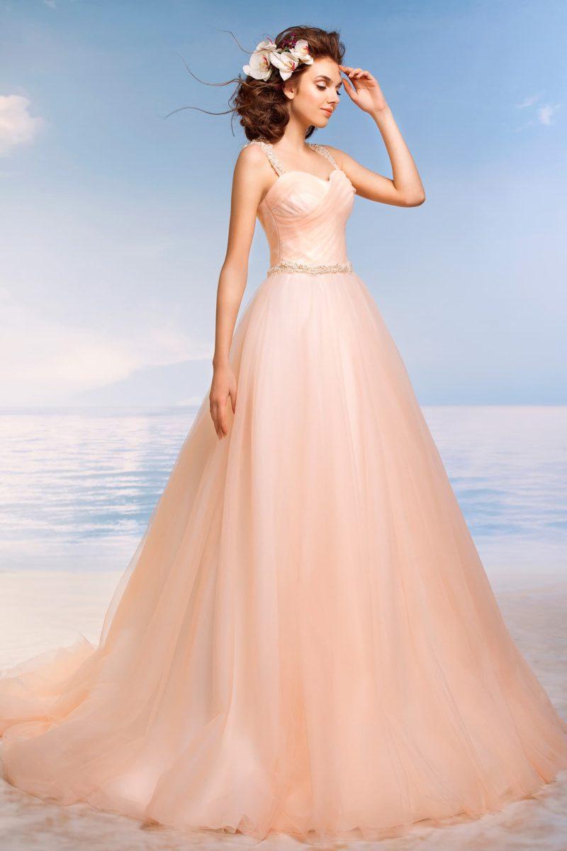 Очаровательное свадебное платье персикового оттенка с соблазнительным лифом с широкими бретелями.