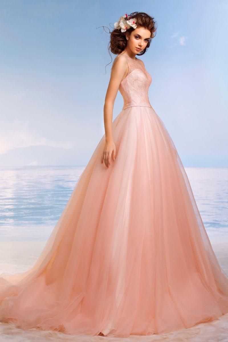 Коралловое свадебное платье с притягательным открытым лифом и пышной юбкой со шлейфом.
