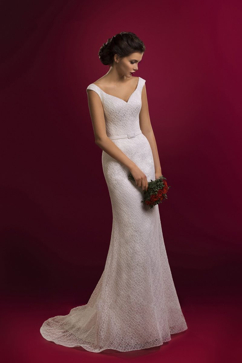 Кружевное свадебное платье прямого кроя с округлым декольте на спинке и V-образным вырезом на лифе.