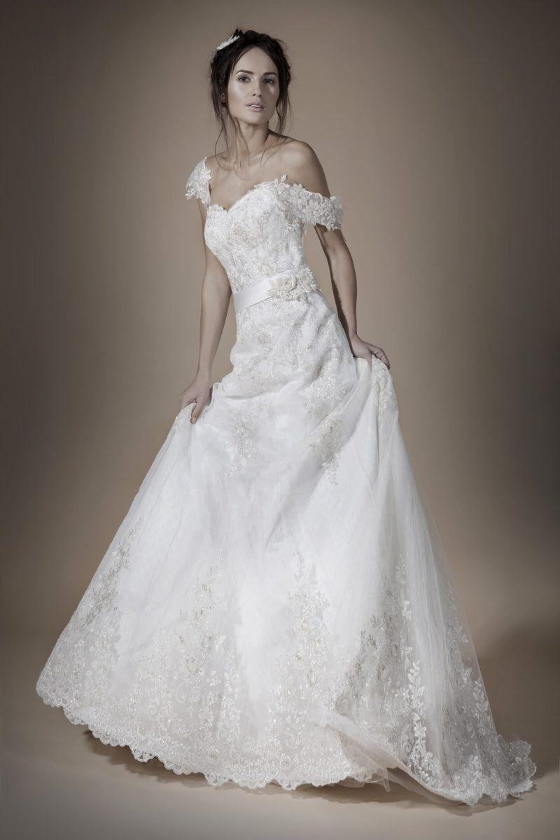 Романтичное свадебное платье с юбкой «трапеция» и спущенными с плеч широкими бретелями.