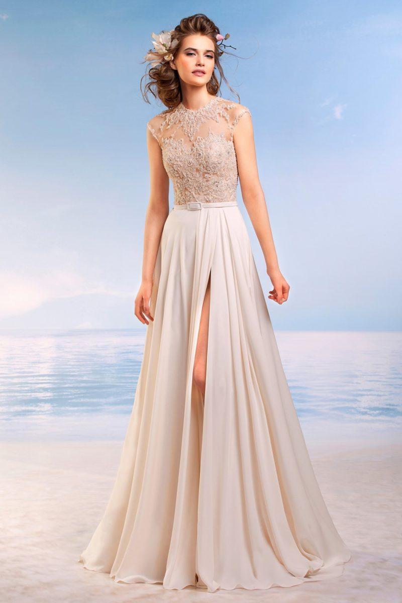 Чувственное свадебное платье с разрезом по прямой юбке и фактурным верхом в кремовых тонах.