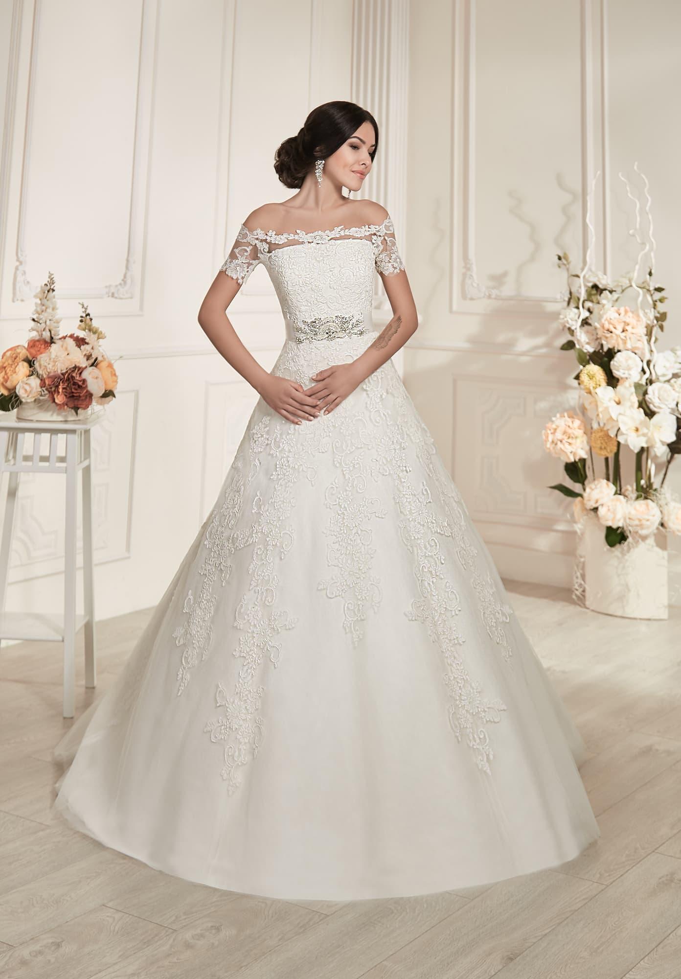 Торжественное свадебное платье с портретным вырезом и отделкой фактурным  кружевом. 685caeb60e8
