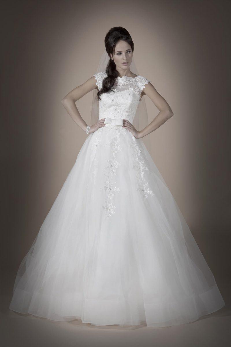 Закрытое свадебное платье «принцесса» с отделкой плотными кружевными аппликациями по лифу.