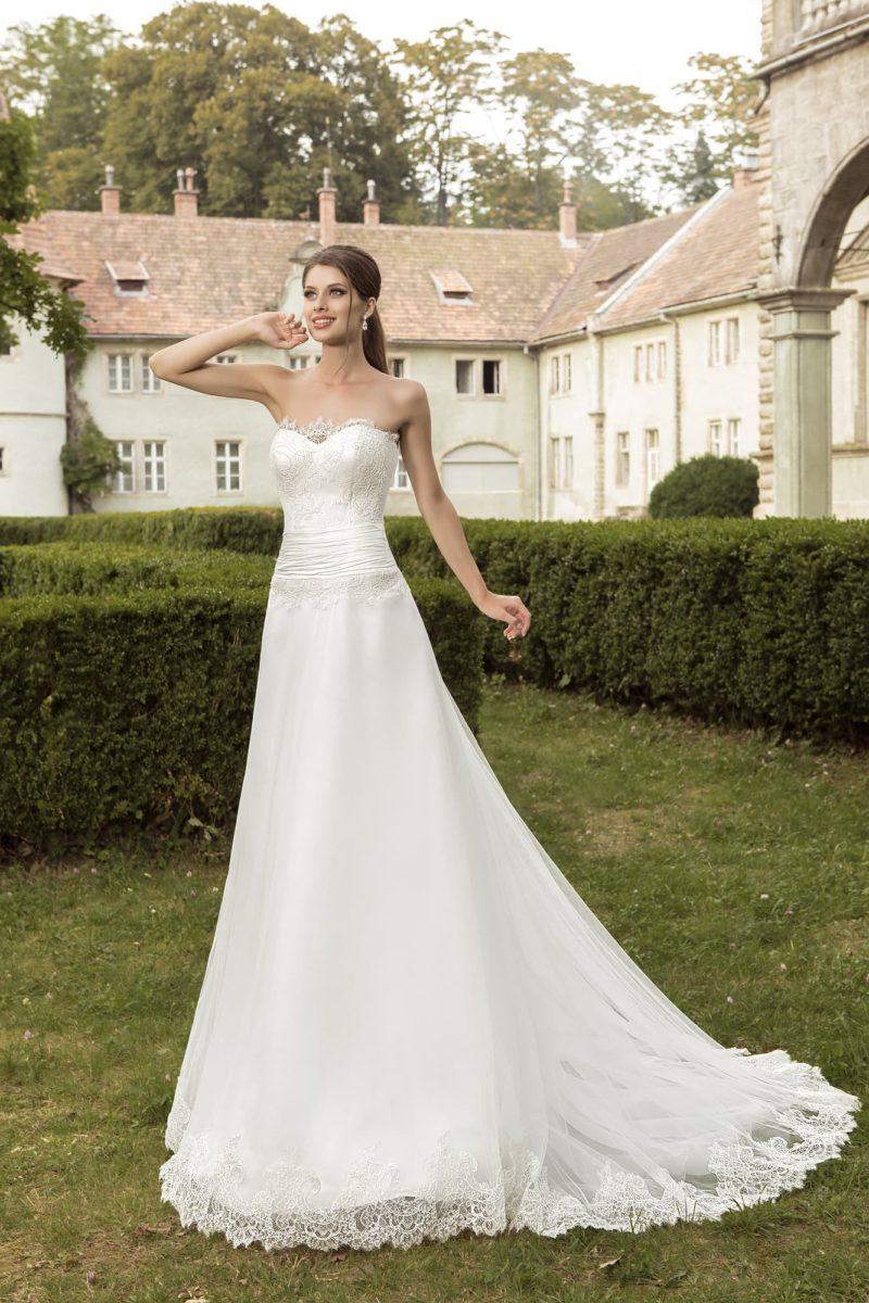 Стильное свадебное платье «трапеция» с драпировками на талии и кружевным декором лифа.