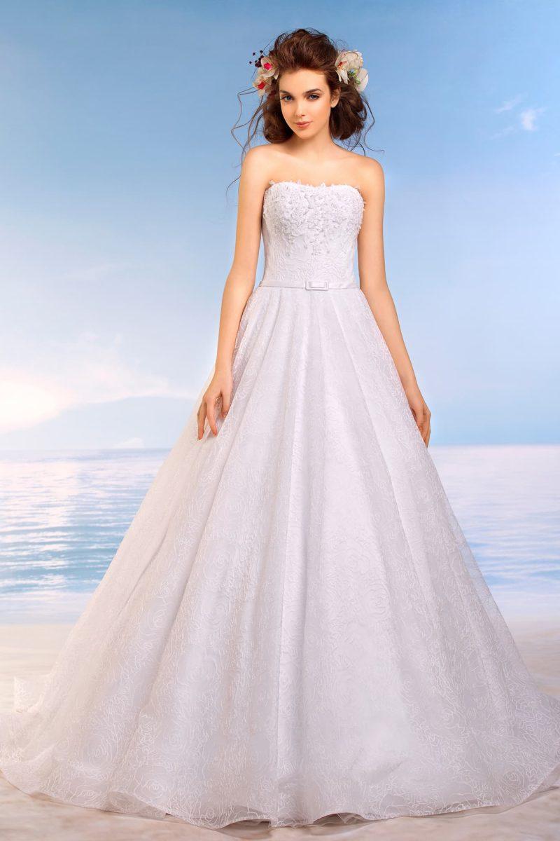 Пышное свадебное платье с кружевным фактурным декором по сдержанному открытому корсету.