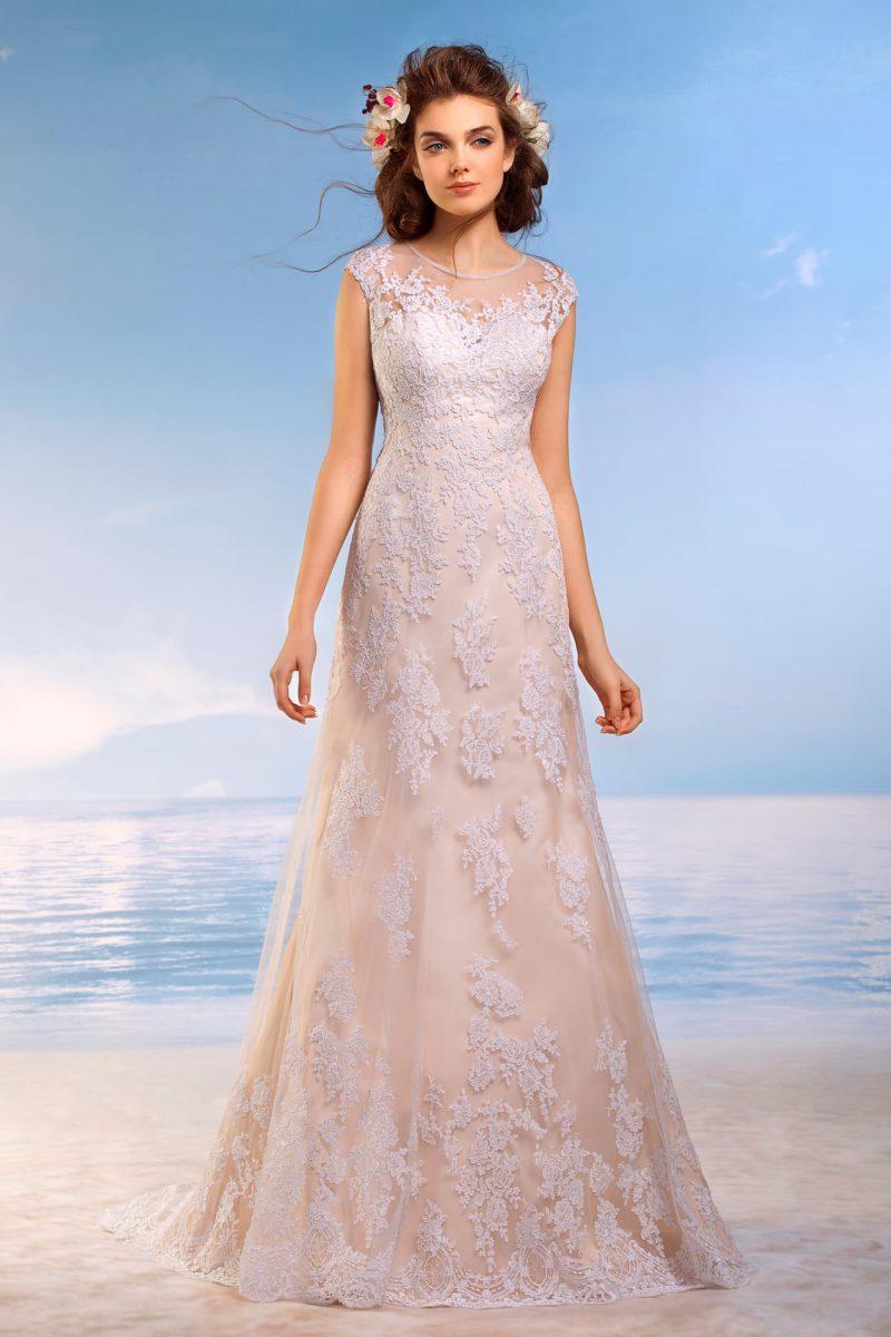 Свадебное платье персикового цвета, от закрытого лифа до низа подола покрытое белым кружевом.