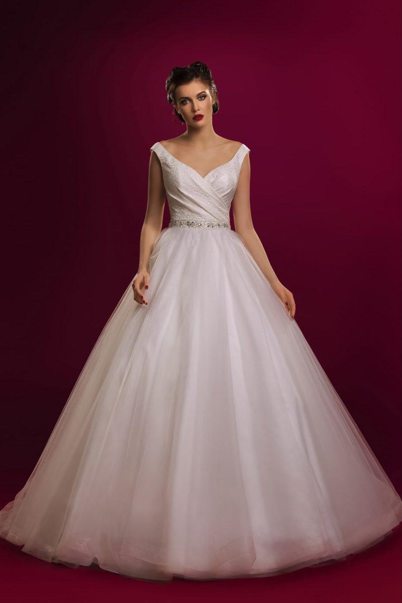 Роскошное свадебное платье с узким поясом с вышивкой и бантом на спинке под вырезом сзади.
